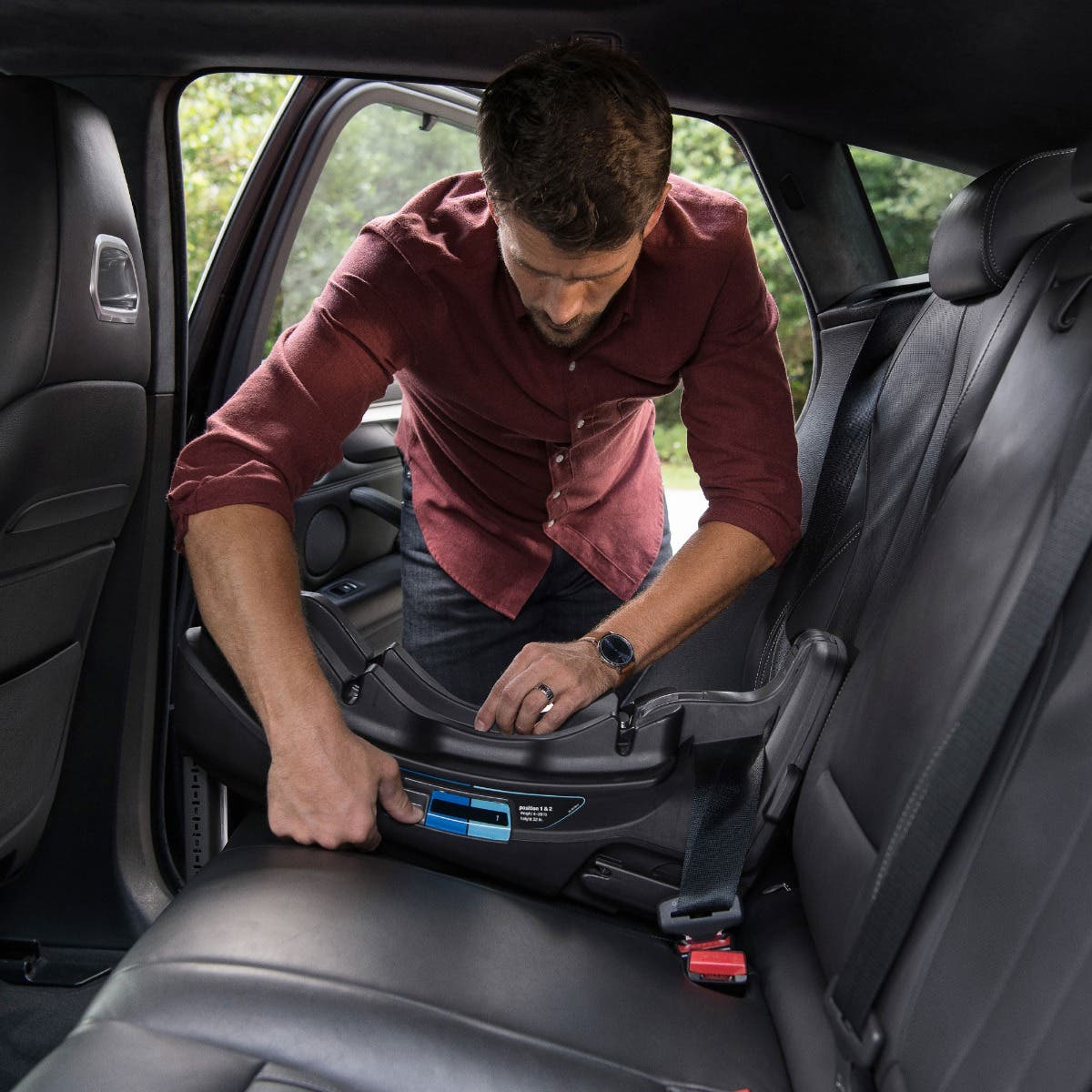 Dad installing Nuna PIPA™ relx base in car